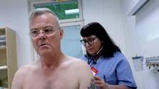 Utrikesreporten Claes JB Löfgren undersöks av en läkare