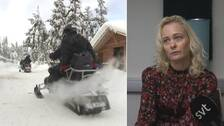 Bild på två skotrar till vänster – till höger bild på Johanna Ögren när hon intervjuas av SVT. Iklädd en mönstrad tröja och blont hår.