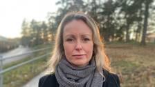 Anna Skogstam med en skogsdunge i bakgrunden.