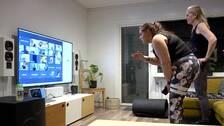 Ina Touronen och Teresia Öhrn leder Bootcamppass framför TV-skärm