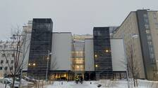 Flera personer går mot huvudentrén på universitetsjukhuset i Umeå