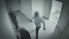 En 15-årig tjej spottas i ansiktet av en behandlingsassistent.