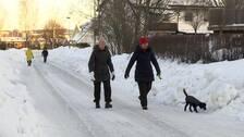 fotgängare går på vägen eftersom trottoarerna inte är röjda från snö.