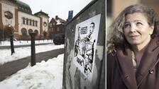 """En antisemitisk affisch utanför den judiska synagogan i Rosengård. Bilden är tagen 2010."""" """"Det är ett ständigt återupprepat mönster"""", säger Heléne Lööw (till vänster)."""