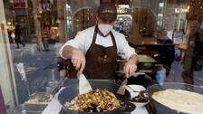 En kok lagar mat i munskydd