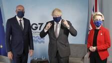 Boris Johnson tillsammans med Ursula von der Leyen och Charles Michel, alla iförd munskydd.