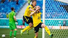 Målskytten Emil Forsberg jublar, tillsammans med Viktor Claesson, efter 1-0 mot Slovakien.