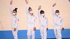 Simone Biles (näst längst till höger) hyllar sina lagkamrater, efter att hon själv tvingats bryta gårdagens lagfinal.