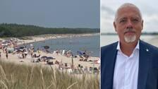 Bilden är delad i två. Den vänstra bilden är en en bild på en lång sandstrand med mycket badgäster på stranden och i havet. Den högra bilden är en porträttbild på Borgholms kommunchef, Jens Odevall. Han har på sig en mörkblå kostym och vit skjorta. Håret är kort och vitt. Han har blå ögon och vitt kort skägg.