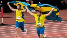 Med varsin svensk flaggade firade OS-medaljörerna Daniel Ståhl (höger) och Simon Pettersson (vänster) på arenan i Tokyo.