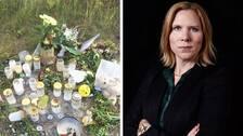 Till vänster syns blommor och ljus på en slags begravningsplats. Till höger syns en kvinna med rött hår som håller armarna i kors.