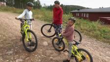 Familj står med sina cyklar ute vid Orsa Grönklitt.