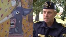 Bilden är ett montage. Till vänster plockar en man ner en skylt med ett skotthål. Till höger lokalpolisområdeschef Anders Olofsson.