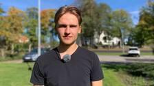 Felix Boström med Smedjebackens kyrka i bakgrunden