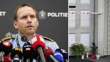 Till vänster en bild på polisöverintendent Per Thomas Omholt bakom många mikrofoner från olika mediebolag. Till höger syns blommor och ljus vid ett avspärrat område i Kongsberg.