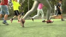 Barn spelar fotboll på Vitalisskolan i Trosa.