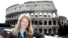 Dr Sarah Parcak utanför Colosseum