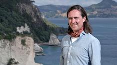 Historikern och arkeologen Neil Oliver i Pauanui.