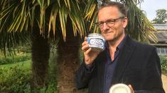 Programledare Michael Mosley undersöker ifall kokosnötsolja är bra för kroppens kolesterol.