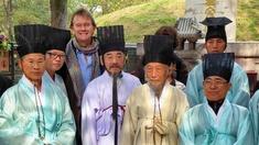 Michael Wood med koreanska lärda män vid konfucianska kyrkogården i Qufu.