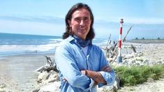 Neil Oliver på stranden vid Hokitika.