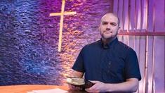 Pastor Jonas Söderberg predikar på teckenspråk i dagens gudstjänst från Härnösand.