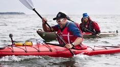 """Under ett år vill programledaren och vildmarksentusiasten Mikko """"Peltsi"""" Peltola testa sina gränser. Sex utmanande prestationer har han satt sig för att genomföra. Den första - att paddla från Helsingfors till Hangö. En paddling på 150 km i Finska vikens öppna hav."""