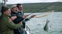Komikerna Bob Mortimer och Paul Whitehouse fiskar både havsöring och havsabborre i dagens avsnitt.