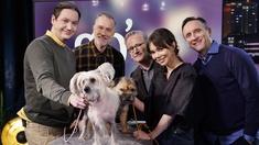 Veterinären Oskar Nilsson, Beppe Starbrink, C-G Karlsson, skådespelaren Hedda Stiernstedt och Göran Everdahl med två hundar.