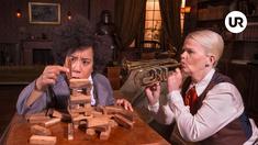 Catrine Lundell som Dr Watson och Sissela Kyle som Charlotte Holmes.