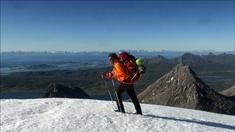 I seriens fjärde avsnitt befinner sig Lars Monsen snart i brantare och högre berg än han är van vid.