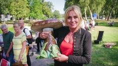 Programledare Anne Lundberg visar upp en stor keramiksvamp som ska värderas.