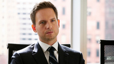 Patrick J. Adams som Mike Ross.