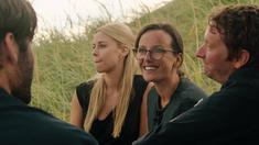 Maria (Johanna Runevad) Jenny (Ester Uddén) Chrille (Anders Axelsson) och Jonathan (Victor Iván) efter begravningen,