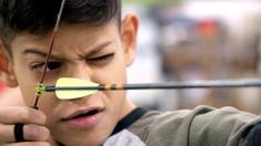 Grofo är 12 år och ska prova på bågskytte idag, precis som sin superhjälte i serien Arrow.