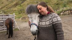 Kari-Anne ska få lite välbehövlig ledighet. Men när andra drar söderut på semestern gör hon tvärtom och ger sig ut på luffen i Lofoten. Och för en gammal hästtjej som Kari-Anne blir det ett kärt återseende med gamla takter.