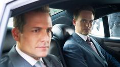 Gabriel Macht som Harvey Specter, Patrick J. Adams som Mike Ross.