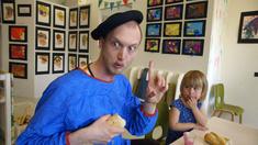 Pappan (Christoffer Nordenrot) vill också måla på förskolan.