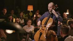 Den svenske cellisten Jakob Koranyi är en starkt lysande stjärna på musikerhimlen just nu. Här spelar han Bachs cellosviter i den klubbmiljö som omger det mytomspunna kammarmusikfenomenet Första parkett.