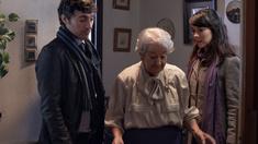 Laura (Carmen Barrantes) och Will (Andrés Gertrúdix) är ett ungt par som besöker änkan Amparo (Asunción Balaguer) på julafton för att eventuellt köpa hennes våning.