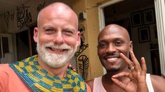 Tomas Kold tillsammans med konstnären Nahimana Prince.