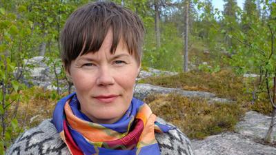 I programserien Dollagáttis träffar programledare Anna-Karin Niia tre starka samiska kvinnor som alla satt avtryck i historien. - Dollagattis