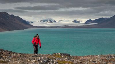En grupp forskare under ledning av Endre Før Gjermundsen tar sig upp till den högsta bergstoppen på nordvästra Spetsbergen, Kongen (1458 m ö h) för att hitta värdefull information som kanske kan ge svar om framtidens klimat.