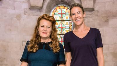 Symbolforskaren Liisa Väisänen och programledaren Ella Kanninen ger sig ut på jakt efter symbolernas hemliga språk, budskap och bakgrund.