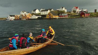 Mer än 50 år efter att de sista människorna flyttade ifrån Bjørnsund får den gamla fiskebyn nytt liv när en grupp sjundeklassare anländer för en femdagars lägerskola.