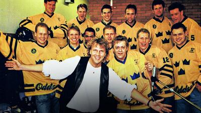 1995 Tre Kronor och låtskrivaren Peter Karlsson och sångaren Nick Borgen spelar in Den glider in på skiva.