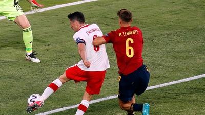 Lewandowski med jättechans efter stolpskott
