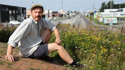 Frank Hundra procent bonde Erichsen säger välkommen till ogräset och tar sig an uppdraget att rädda insekterna i den lilla danska staden Hjörring. - Ge oss naturen tillbaka!