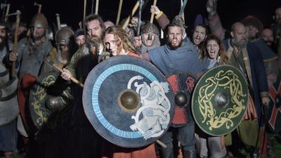 Vissa av de mest framstående vikingakrigarna var kvinnor visar de senaste arkeologiska fynden. Utifrån forskningsresultat berättas i denna dramadokumentär hur livet för en vikingakvinna kunde ha sett ut. Följ Signe på hennes resa till Ryssland som av hämndbegär drivs i jakten på sin fars mördare. - Den kvinnliga vikingakrigaren
