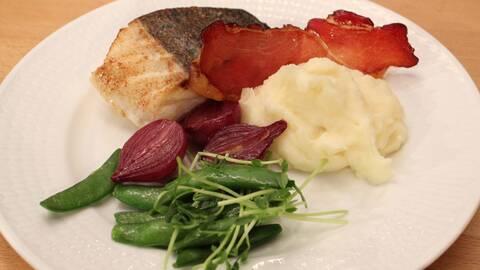 Torskrygg med rödvinssås och skinkchips.